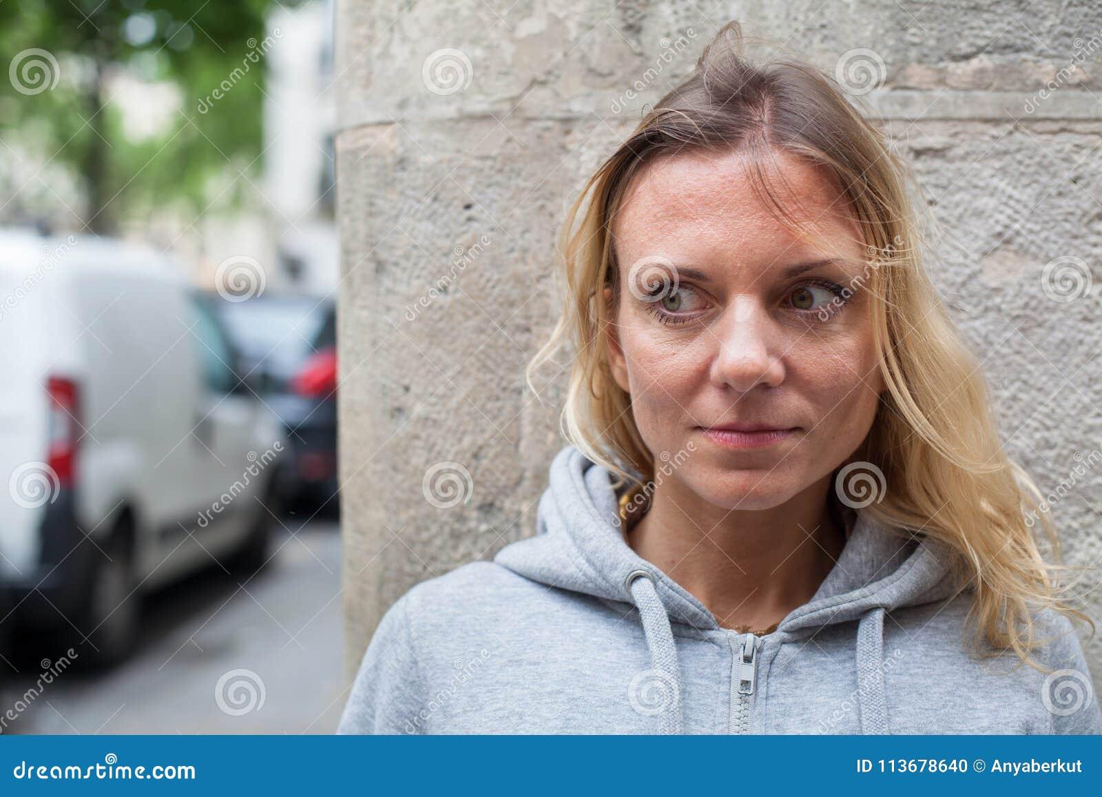 恐惧,在街道上的害怕的妇女