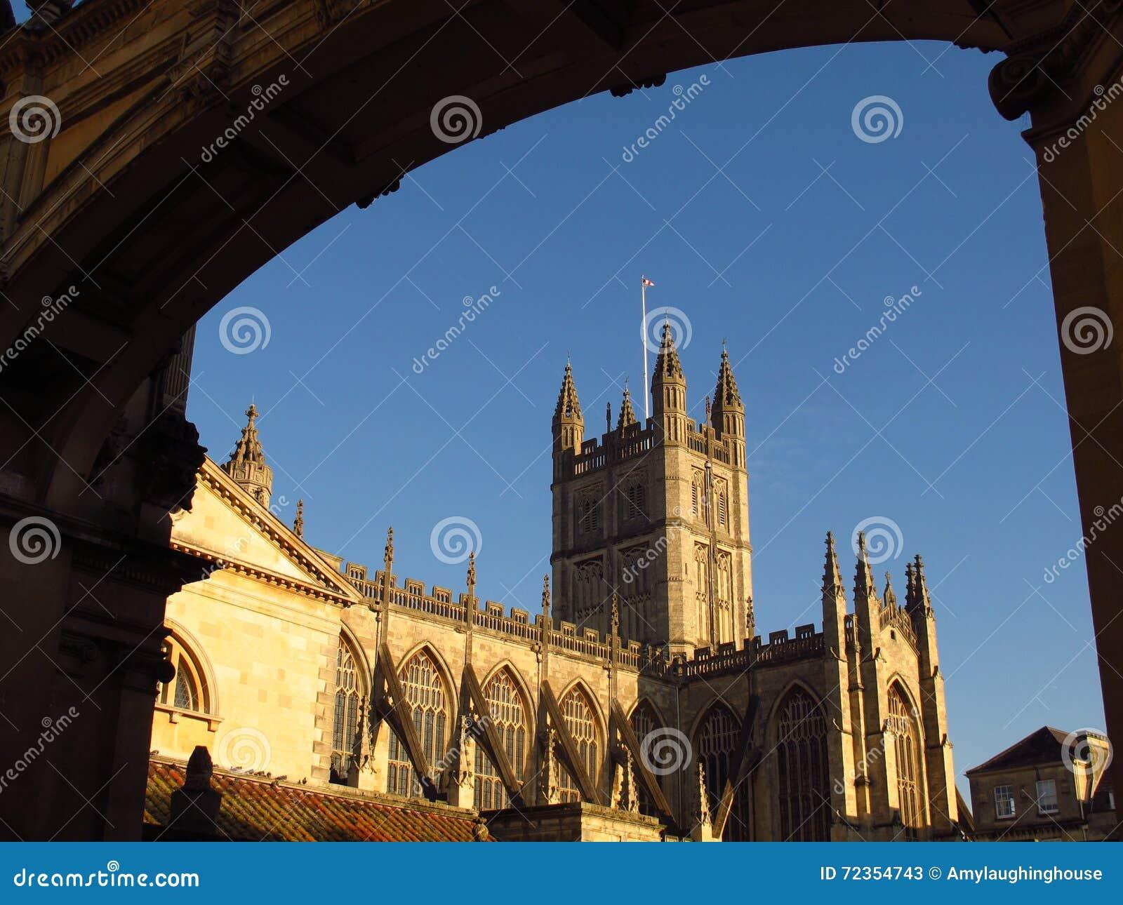 巴恩修道院巴恩通过曲拱被观看的英国