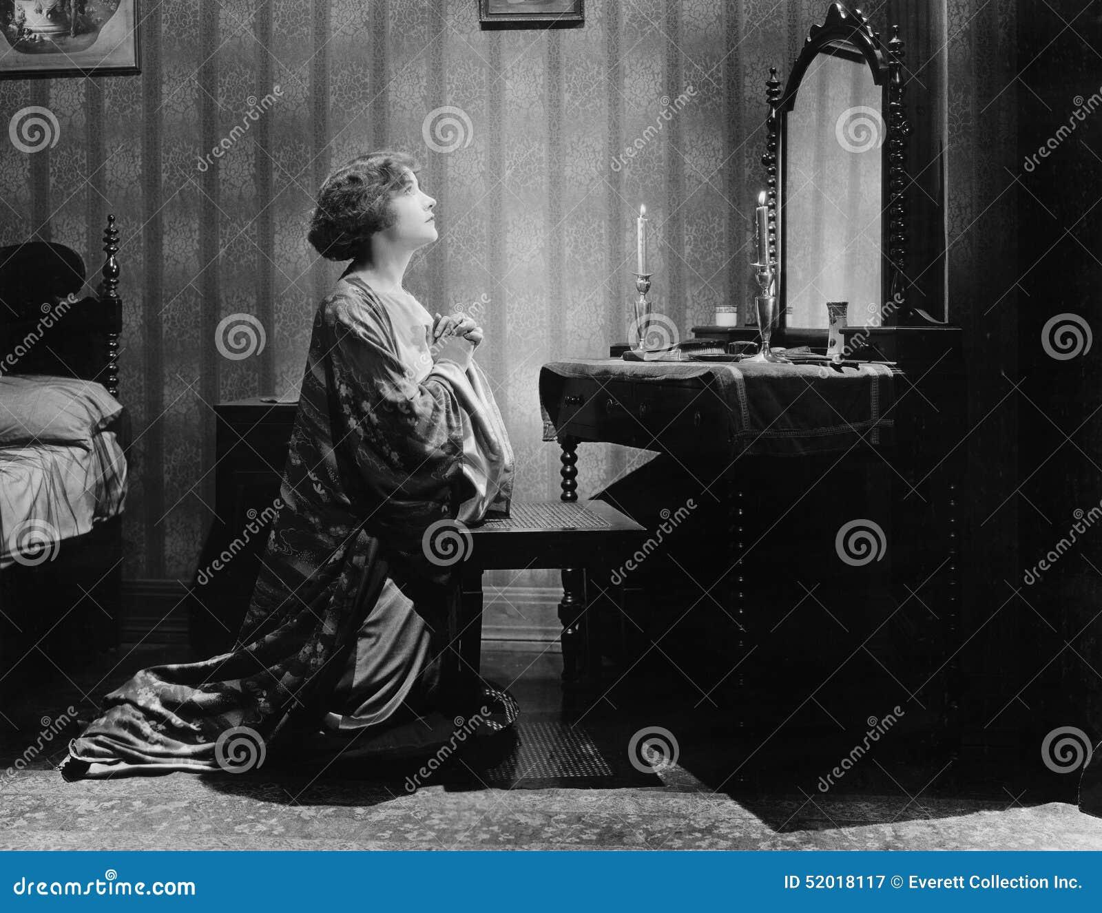 恳求在一个镜子前面的一个少妇的档案在她的床室(所有人被描述不是更长生存和没有庄园