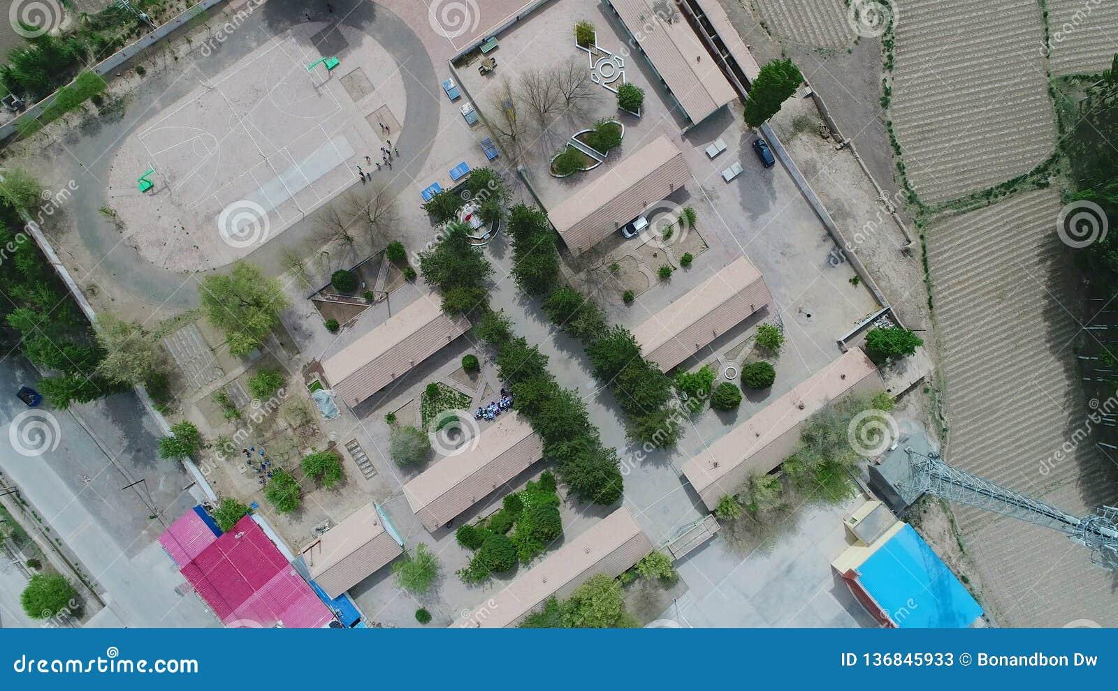 恶劣的农村小村庄鸟瞰图有一点学校的在村庄中间