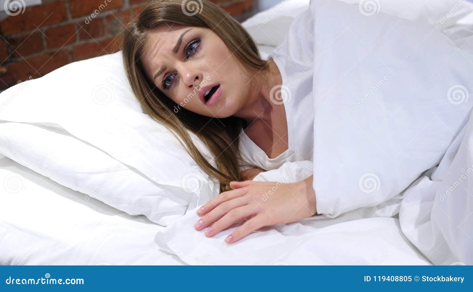 恶梦,睡觉的妇女由可怕梦想醒