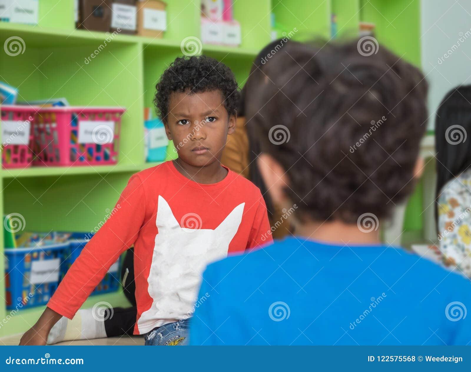 恼怒和看学校天秤座的非裔美国人的男孩朋友