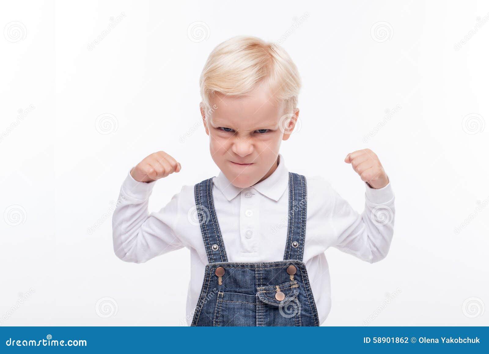 恼怒的小男孩准备战斗