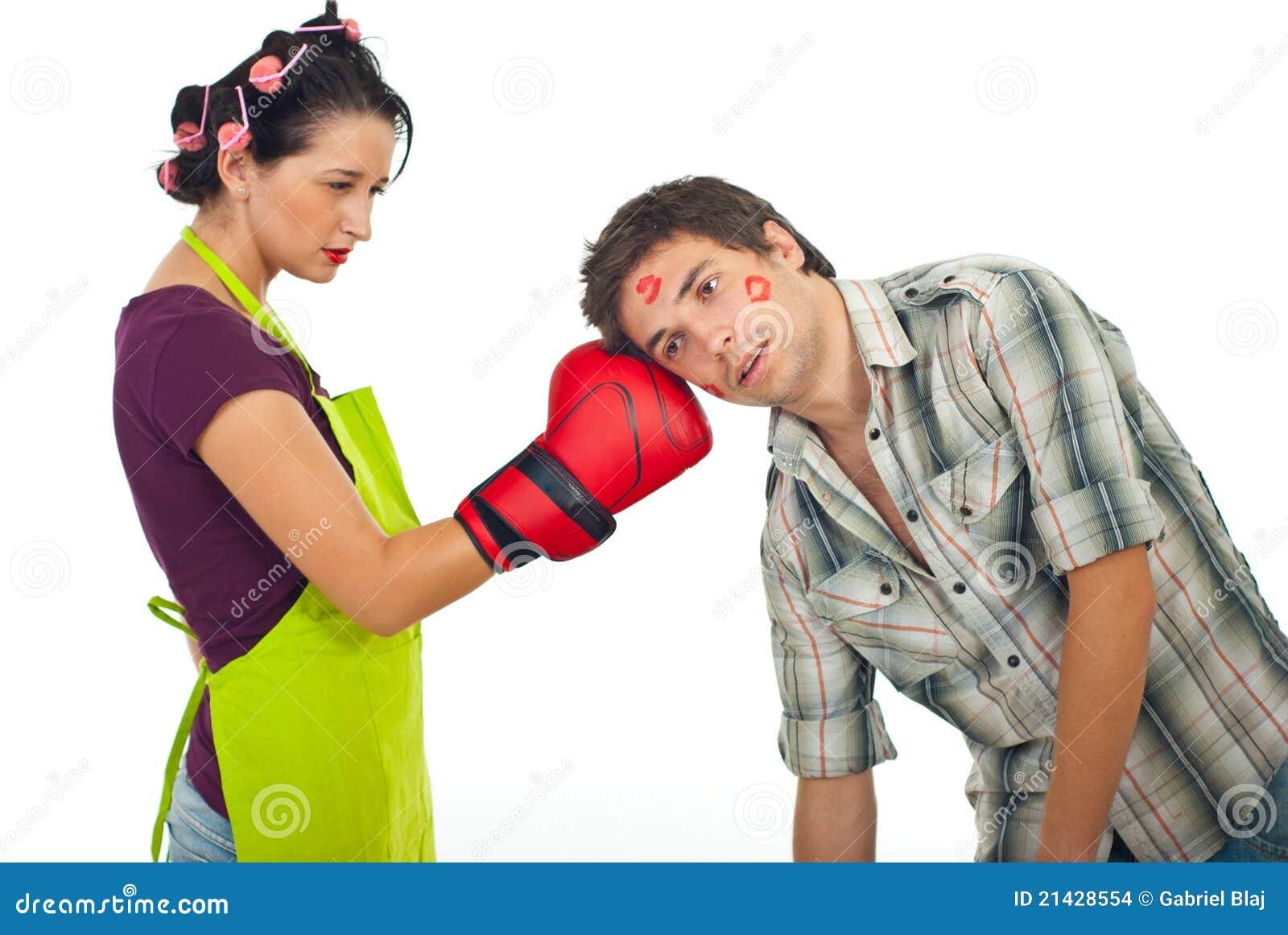 恼怒的拳击丈夫妻子