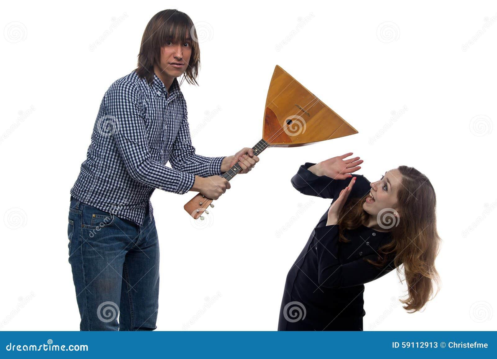恼怒的男人和叫喊的妇女