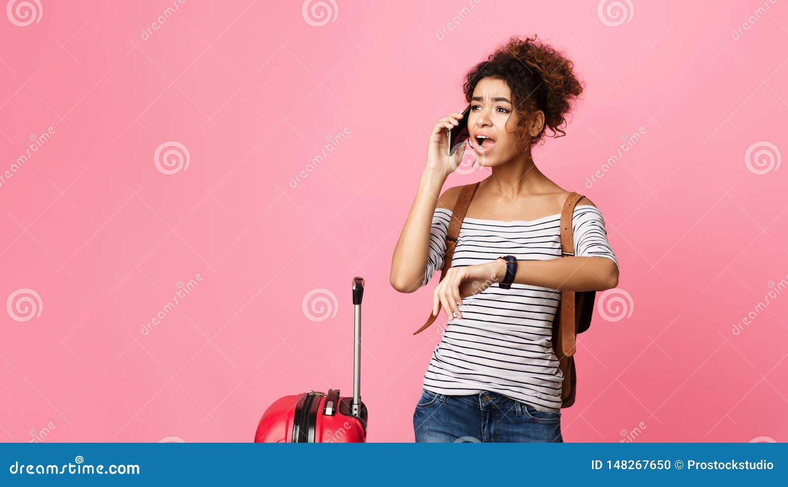 恼怒的蓬松卷发旅游后为飞行,叫出租汽车