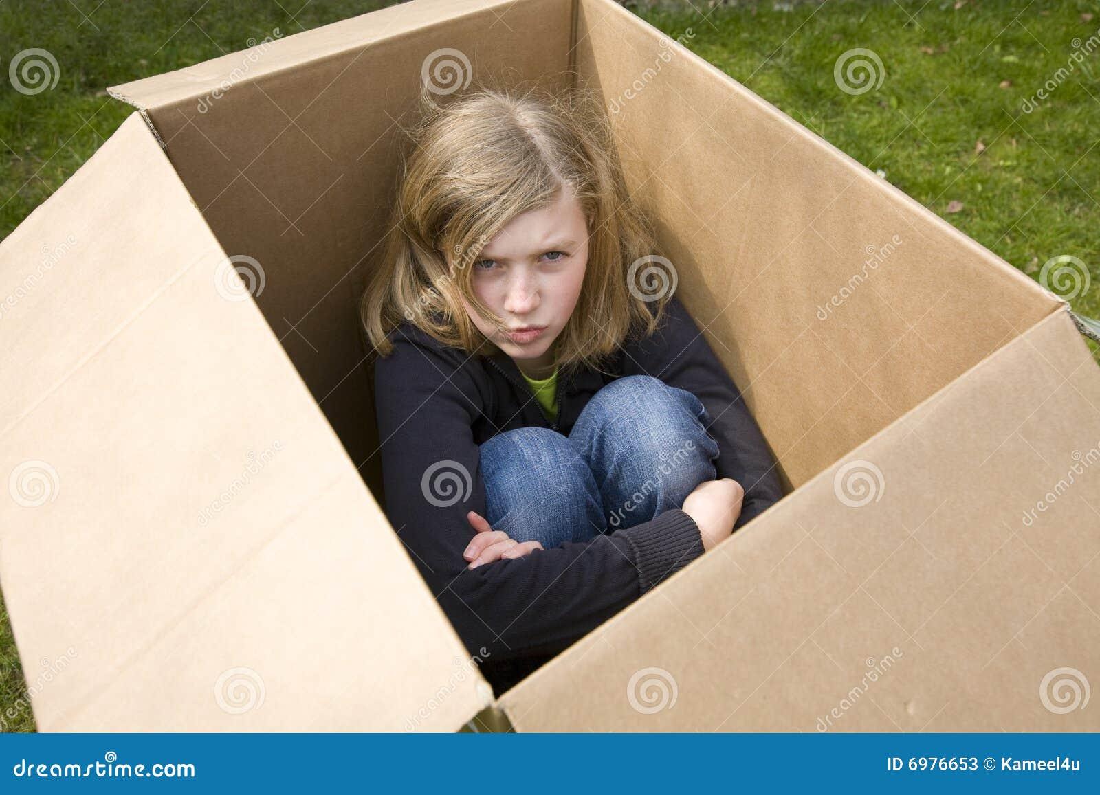 恼怒配件箱纸板女孩坐少年