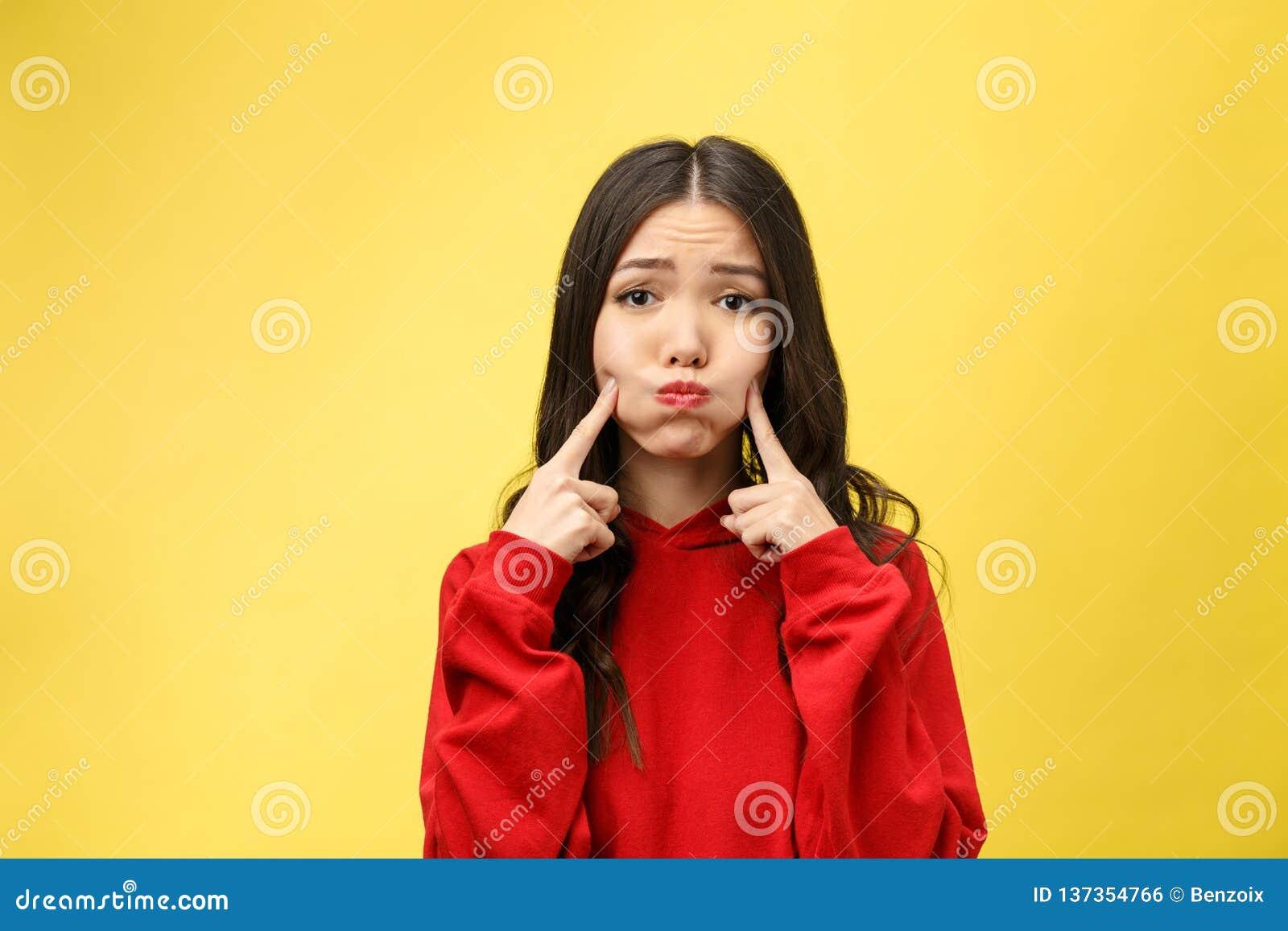 悦目年轻可爱的妇女画象有好奇注视在照相机,保留在下巴的手指,听殷勤地