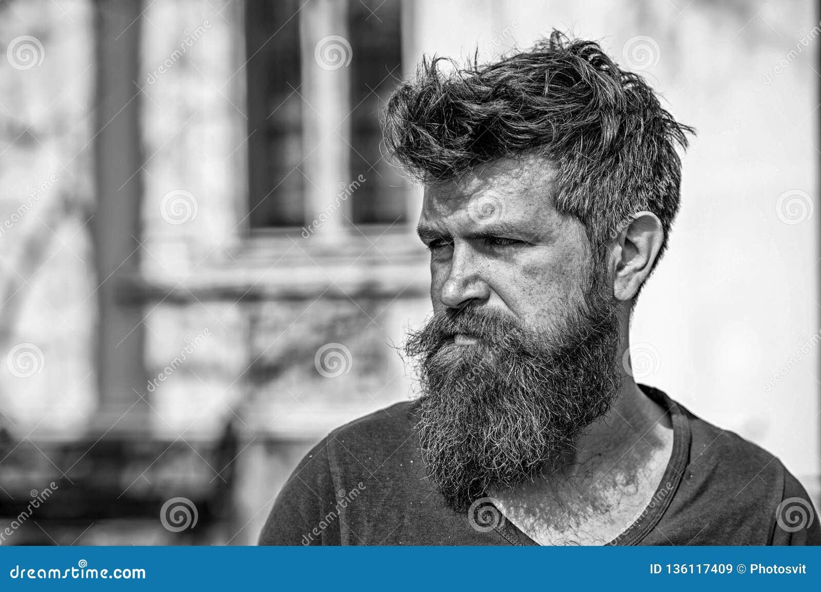悲伤和问题概念 有胡子和髭的人看不新鲜 有胡子的行家看起来不健康 博若莱红葡萄酒
