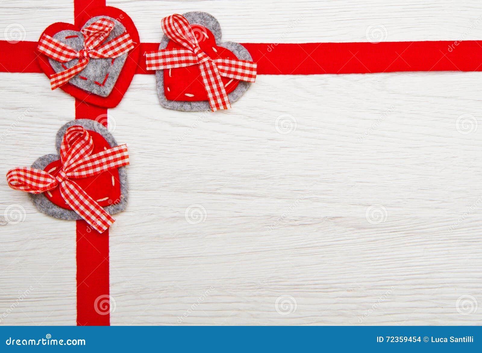 情人节玩具心脏和丝带在木