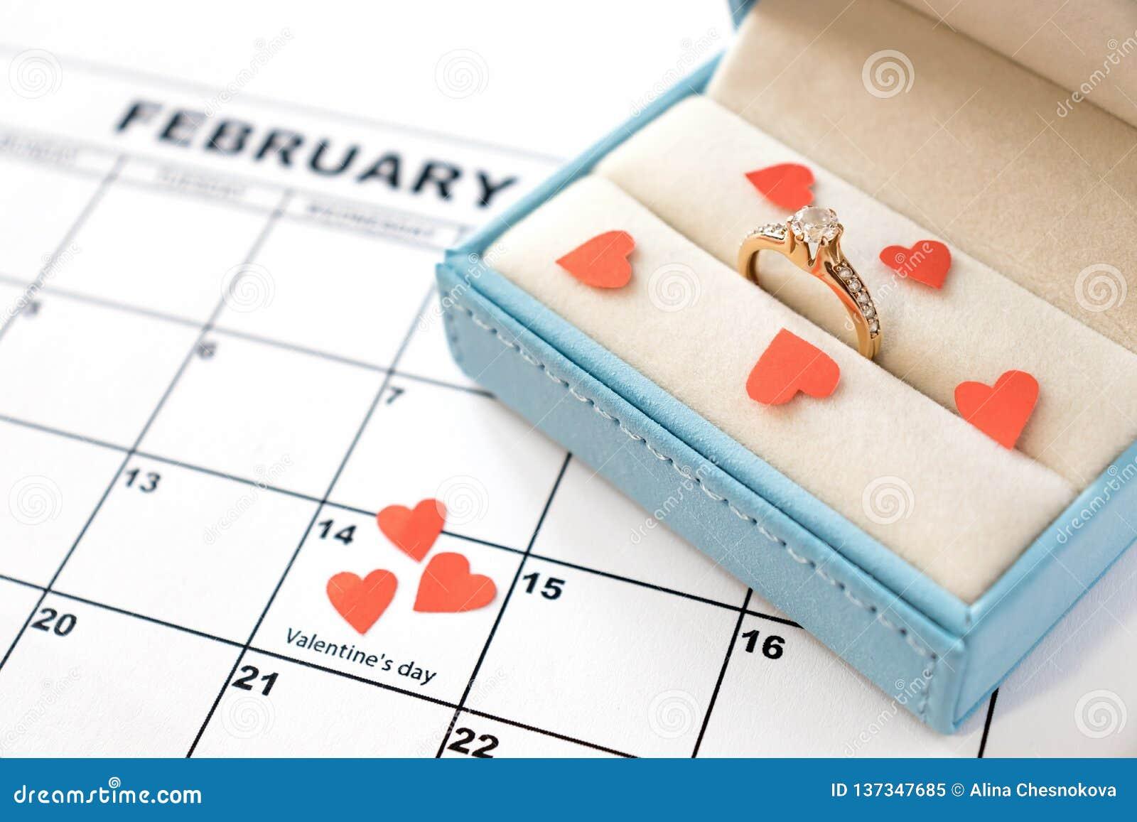 情人节,在日历的2月14日与红心和礼物盒