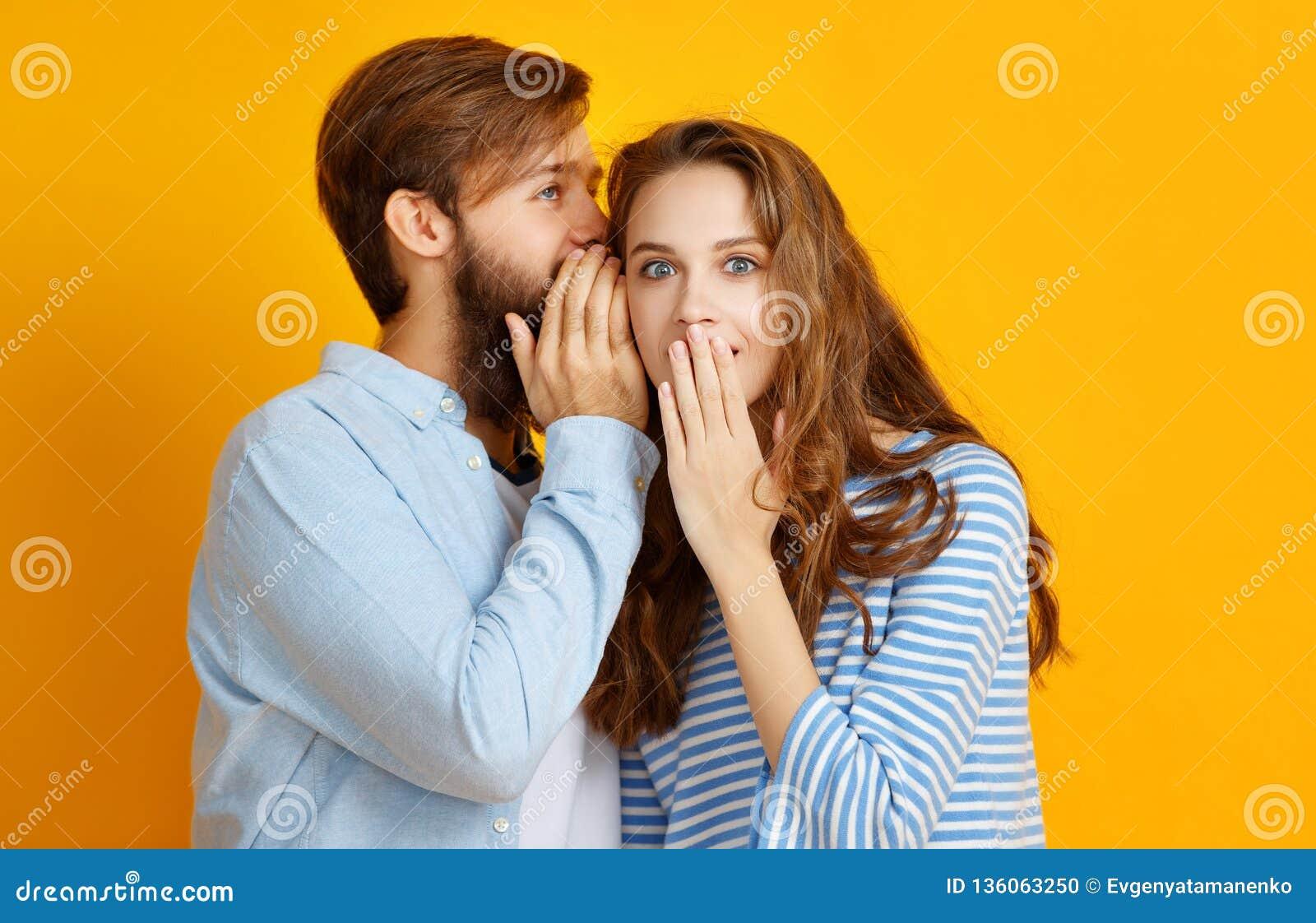 情感人男人和妇女夫妇黄色背景的