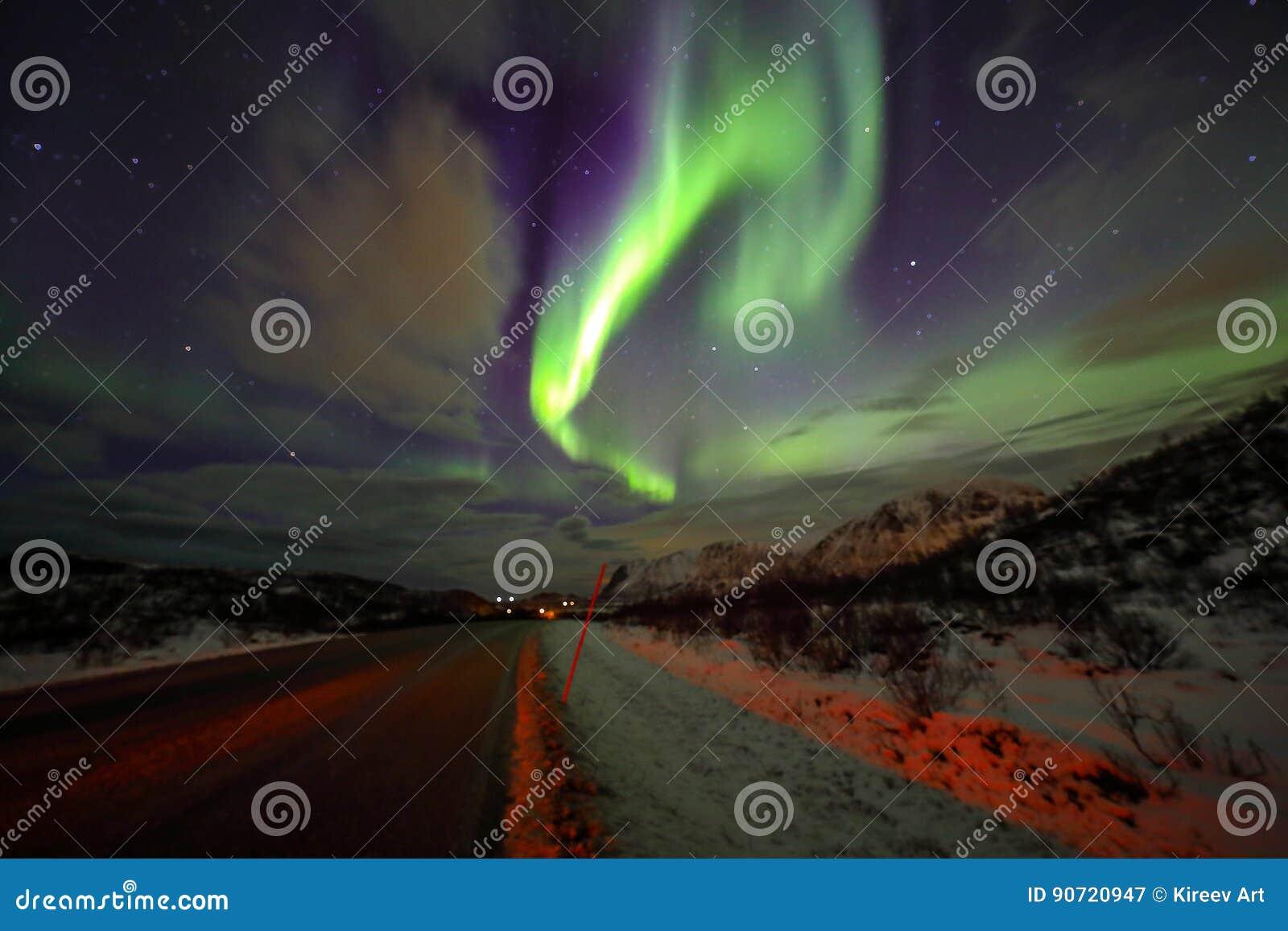 惊人的多彩多姿的极光Borealis也知道,当在夜空的北极光在Lofoten环境美化,挪威,斯堪的那维亚 Bl