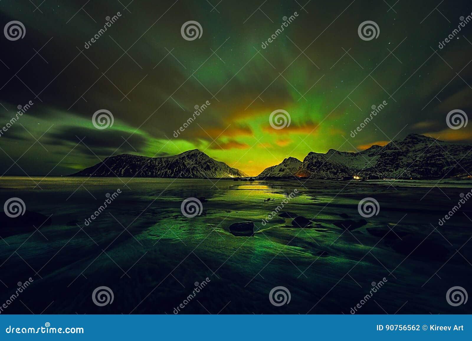 惊人的多彩多姿的绿色极光Borealis也知道,当在夜空的北极光在Lofoten环境美化,挪威, Scandinav