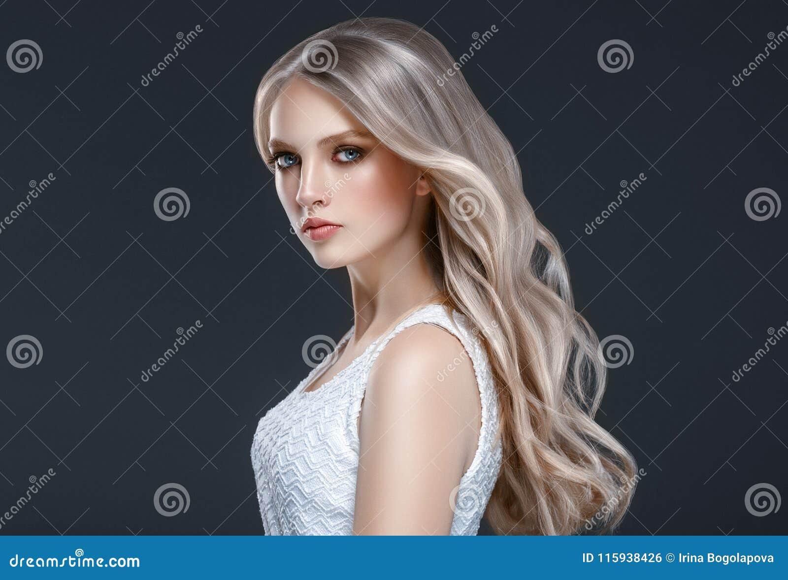 惊人的妇女画象 波浪长期美丽的女孩的头发 Blon