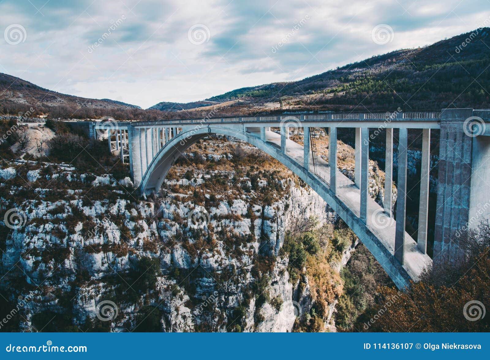 惊人的桥梁de Chauliere在Gorges du维登,法国