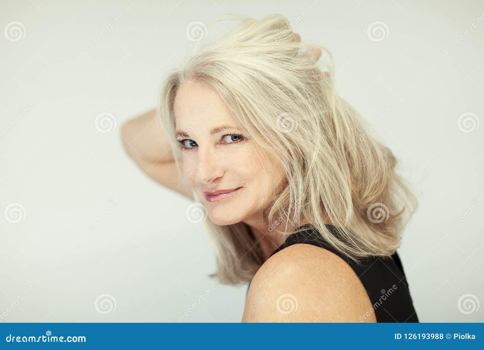 惊人的美好和自信最好变老了有灰色头发的妇女微笑入照相机的