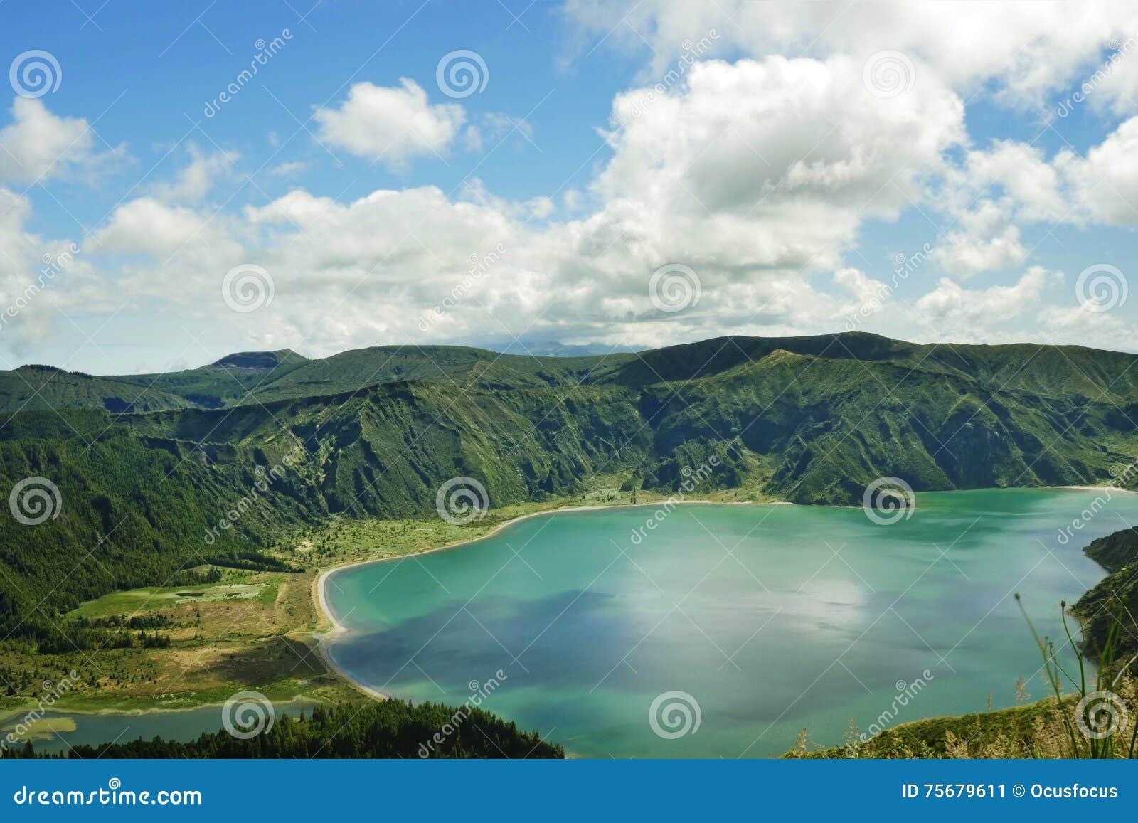 惊人的风景视图火山口火山湖在圣地亚速尔群岛的米格尔海岛在葡萄牙在绿松石颜色水中