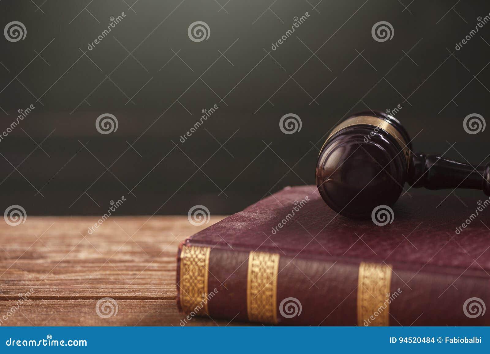 惊堂木和法律书籍