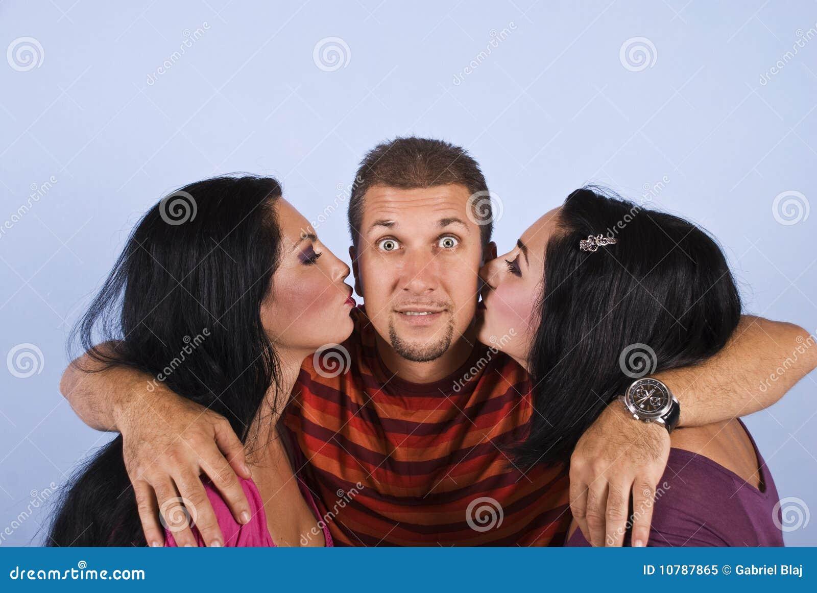 惊奇愉快的亲吻的人妇女