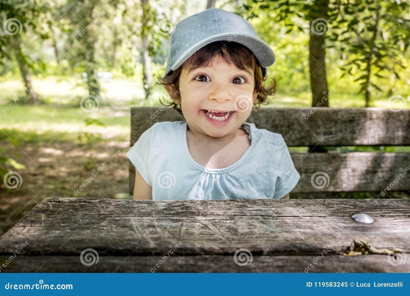 惊奇的儿童微笑的快乐的婴孩棒球帽室外活跃淘气愉快的孩子