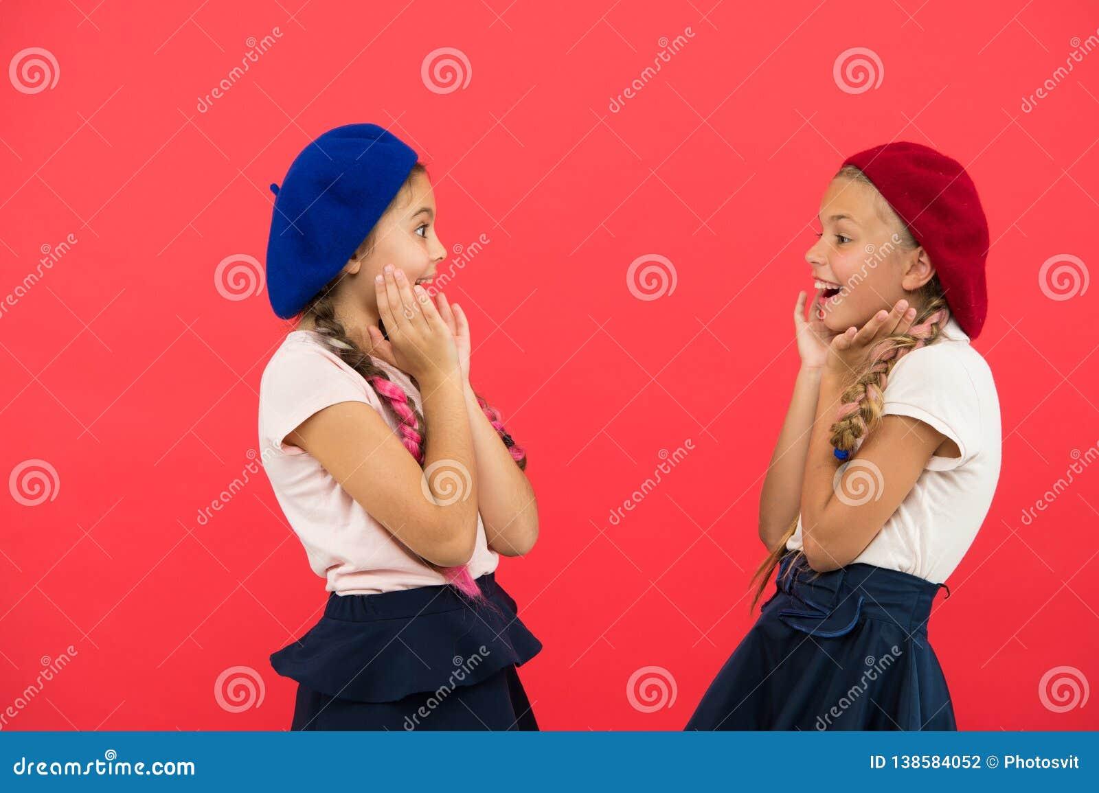 惊奇的女孩佩带正式一致的红色背景 国际交换学校节目 海外教育 应用形式
