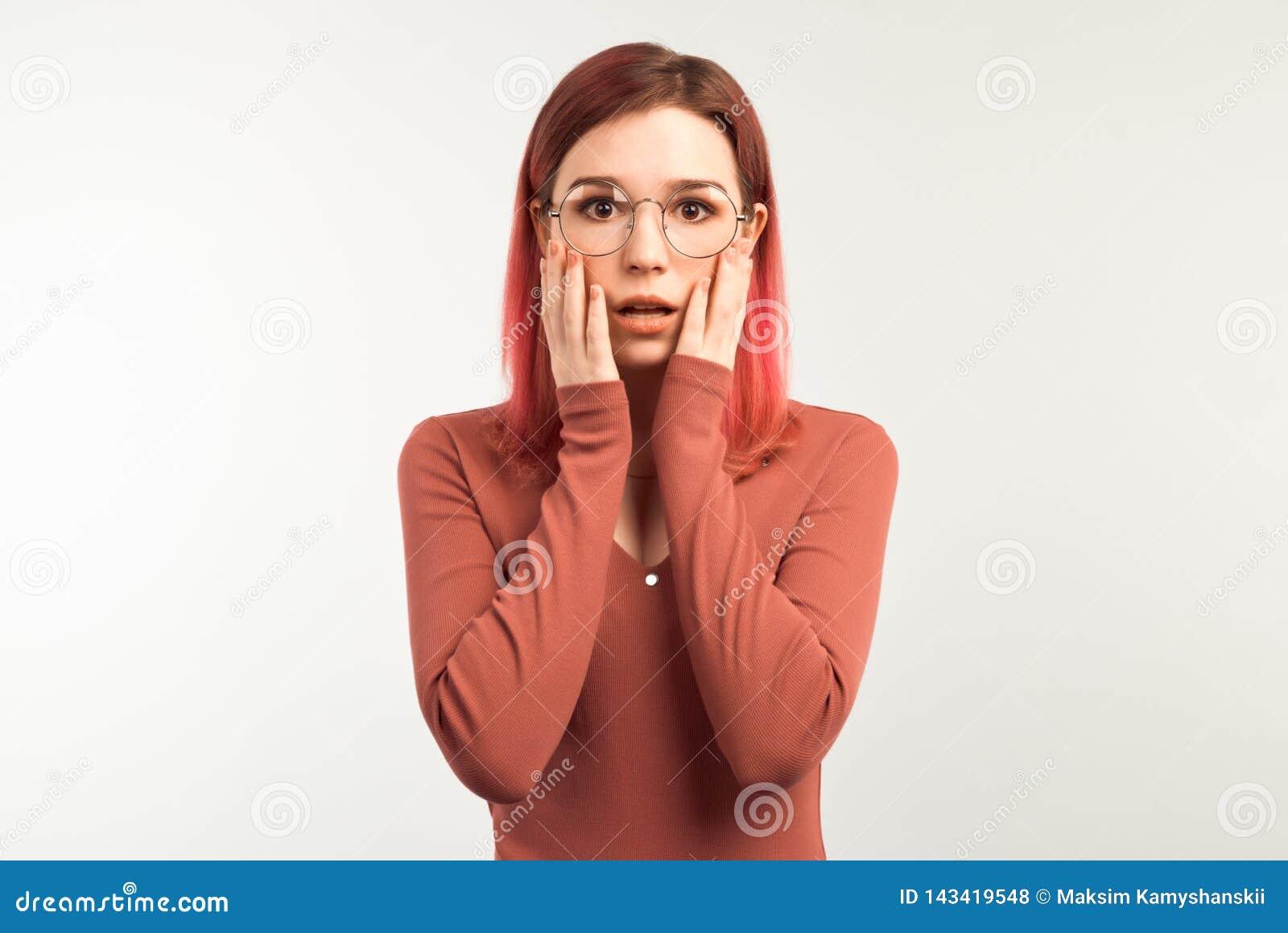 惊奇的欧洲妇女保留在面颊的手,展示同情,惊奇由可怕的新闻或揭示,握在面孔的手