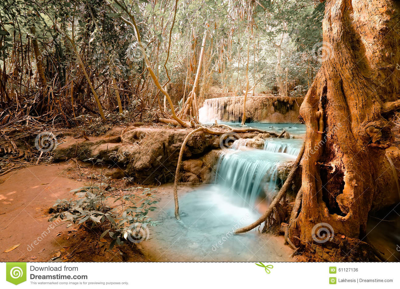 幻想发出刺耳声与绿松石瀑布的风景