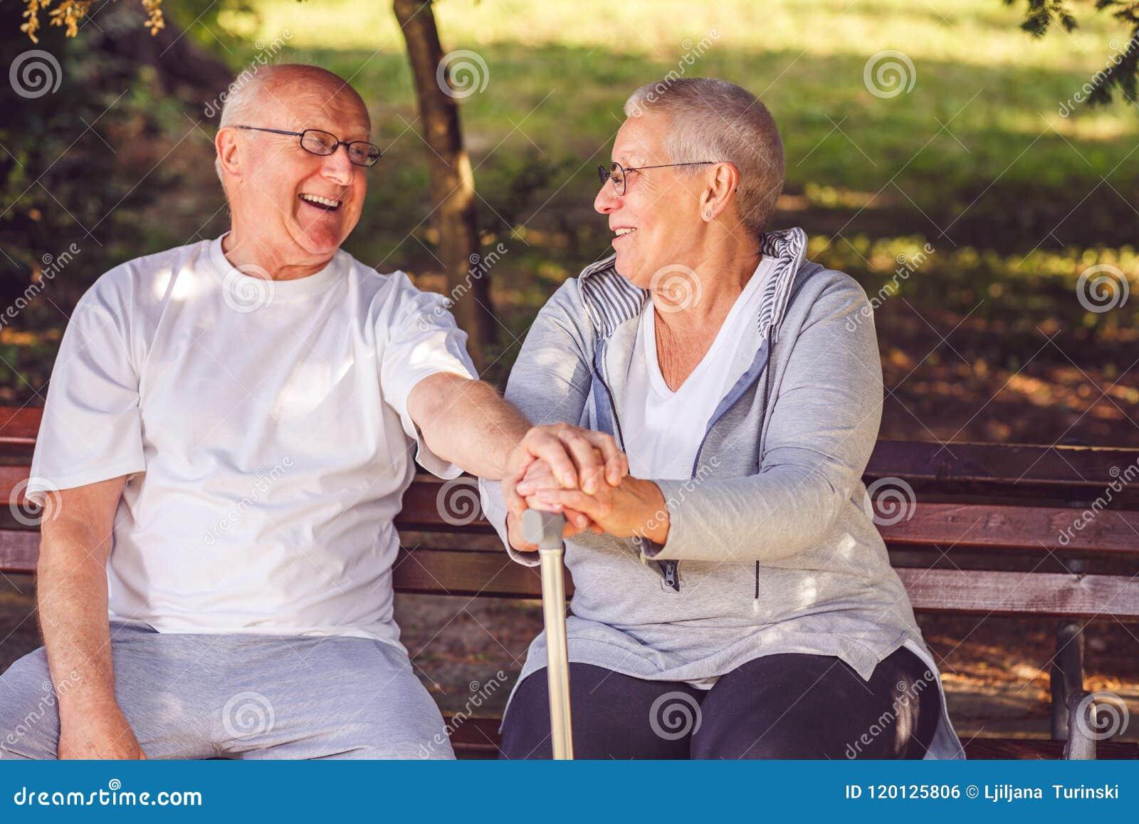 愉快一起 看eac的高兴正面年长夫妇