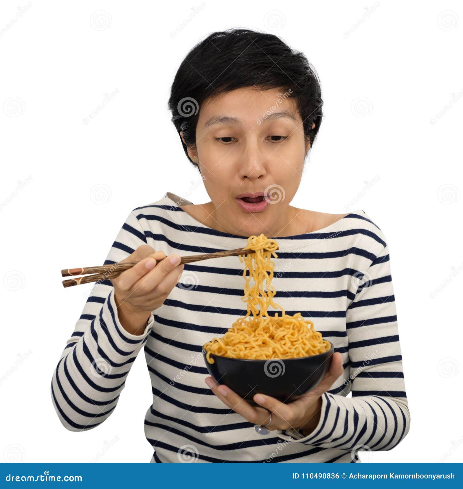 愉快亚洲妇女的感受吃方便面