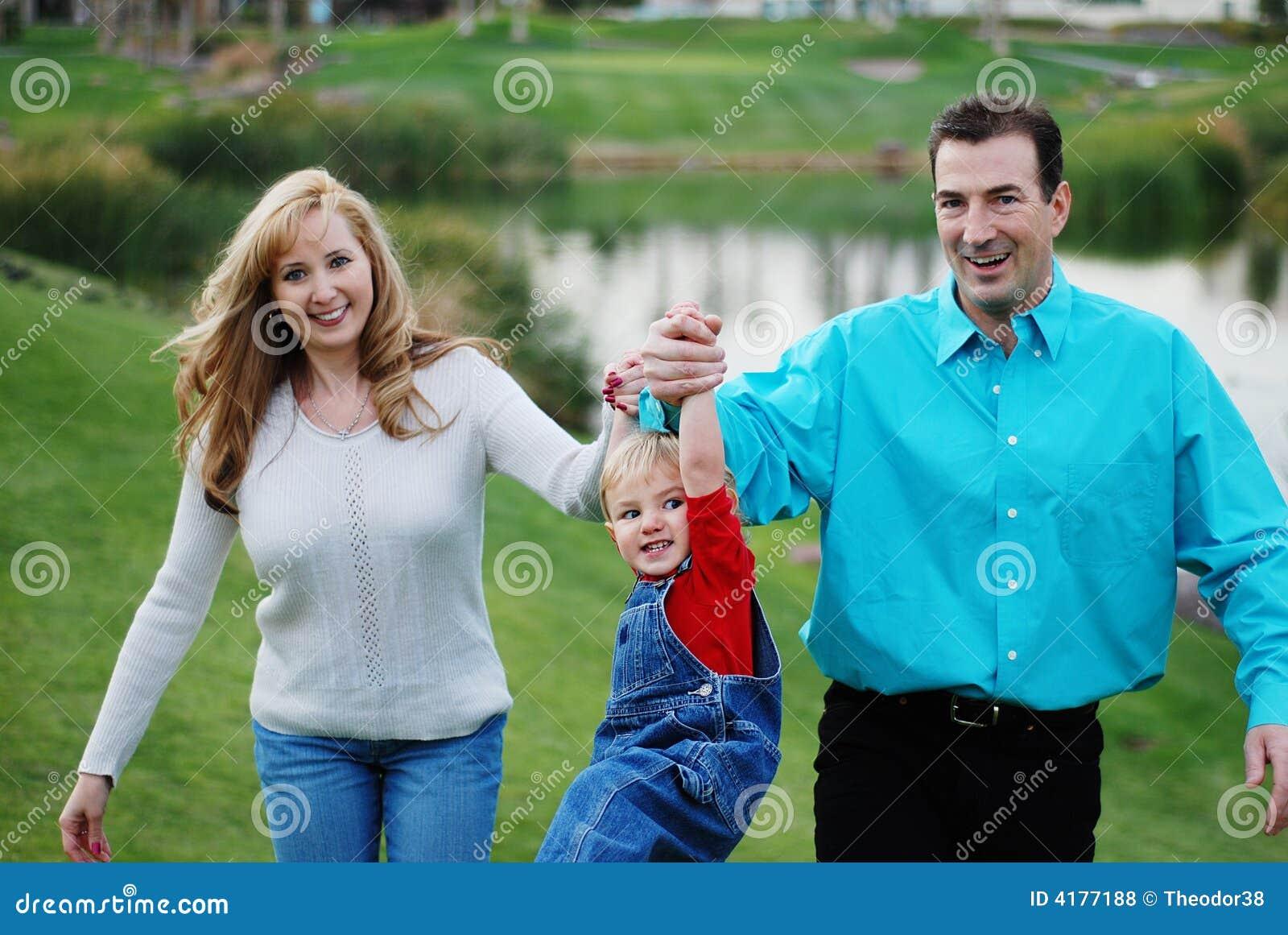 愉快儿童的夫妇