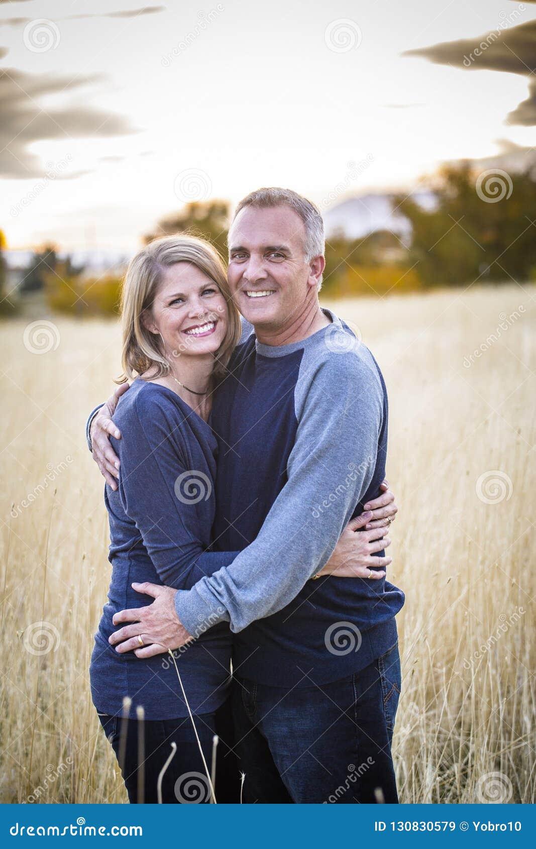 愉快和微笑的有吸引力的成熟夫妇画象户外