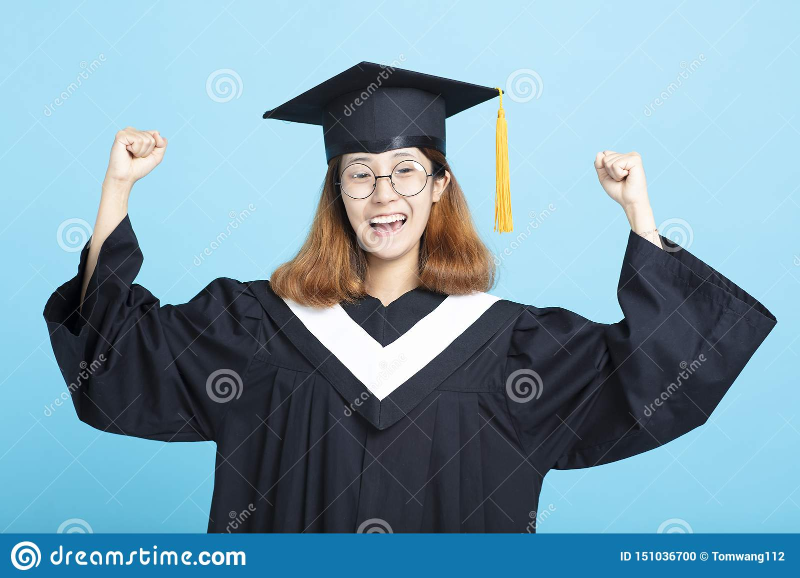 愉快和激动的成功毕业女孩