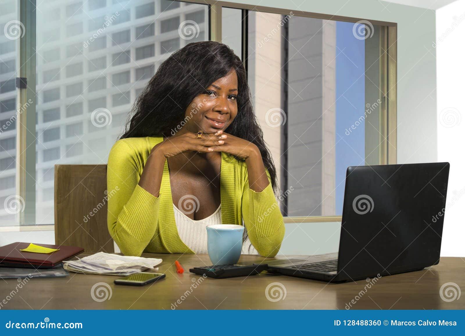 愉快和美好黑非裔美国人女实业家工作确信在计算机在财政busines满意的书桌微笑