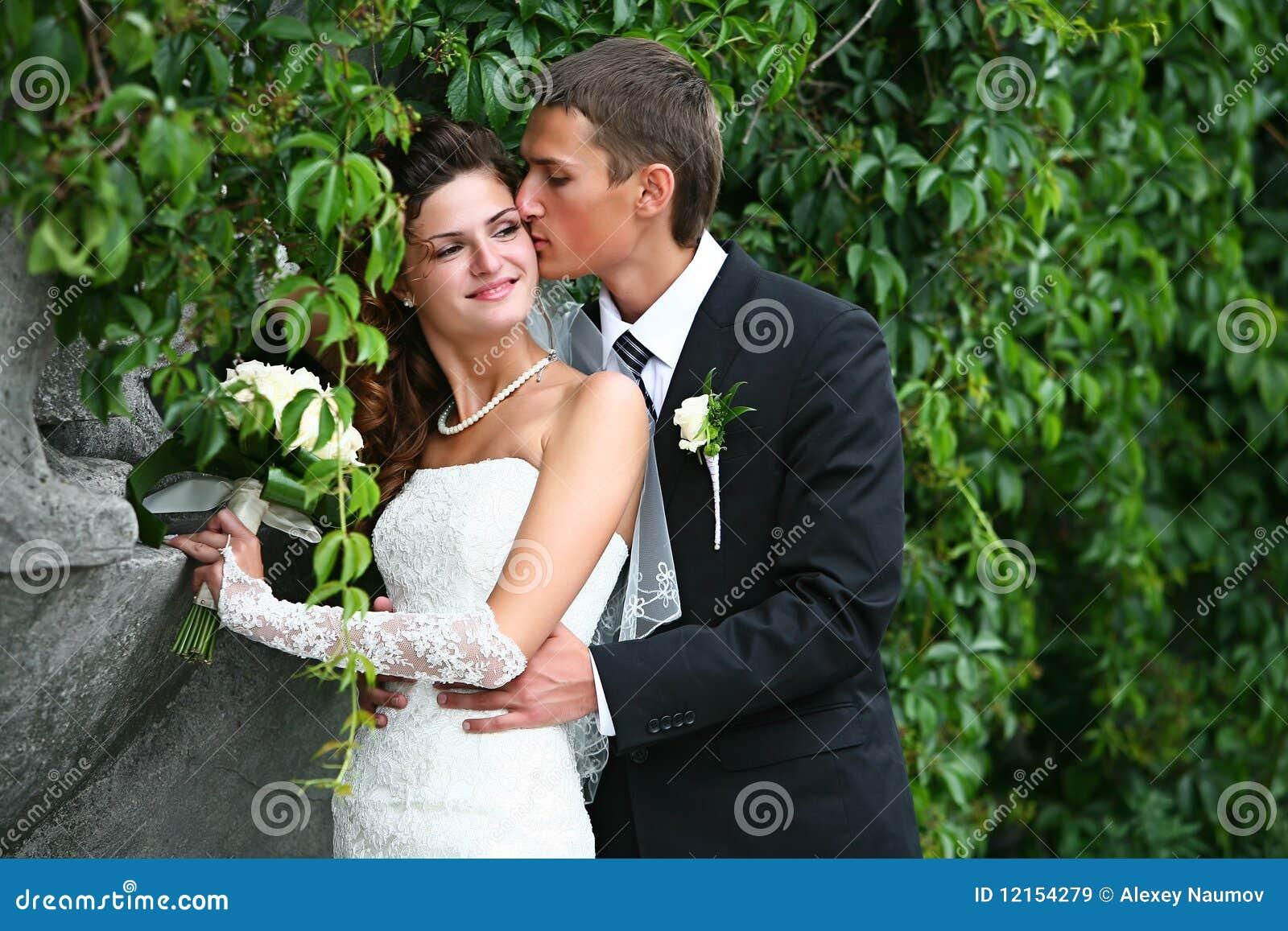 愉快新娘的新郎