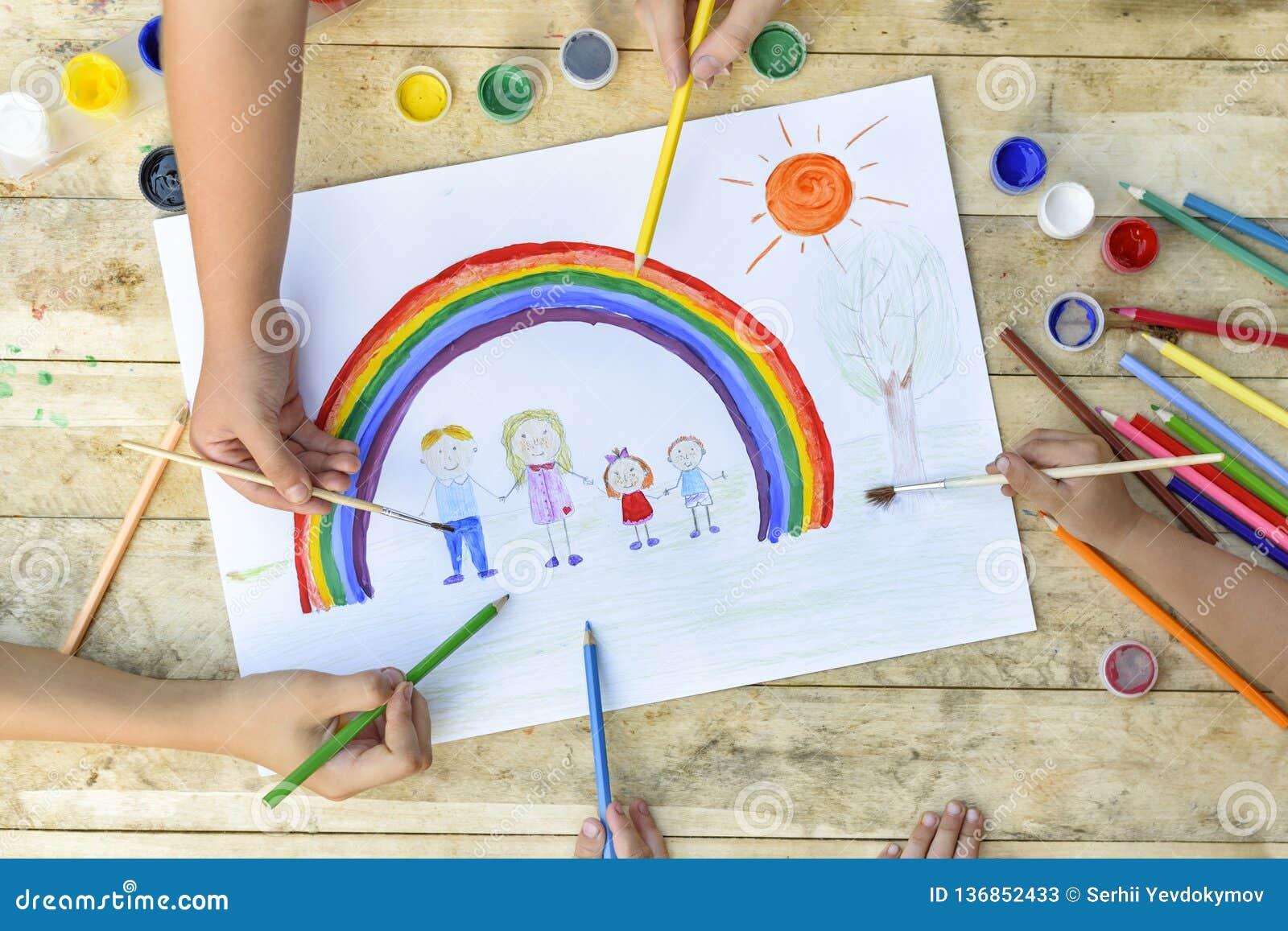 愉快概念的系列 共同创作 儿童手在纸片画:父亲、母亲、男孩和女孩举行手反对