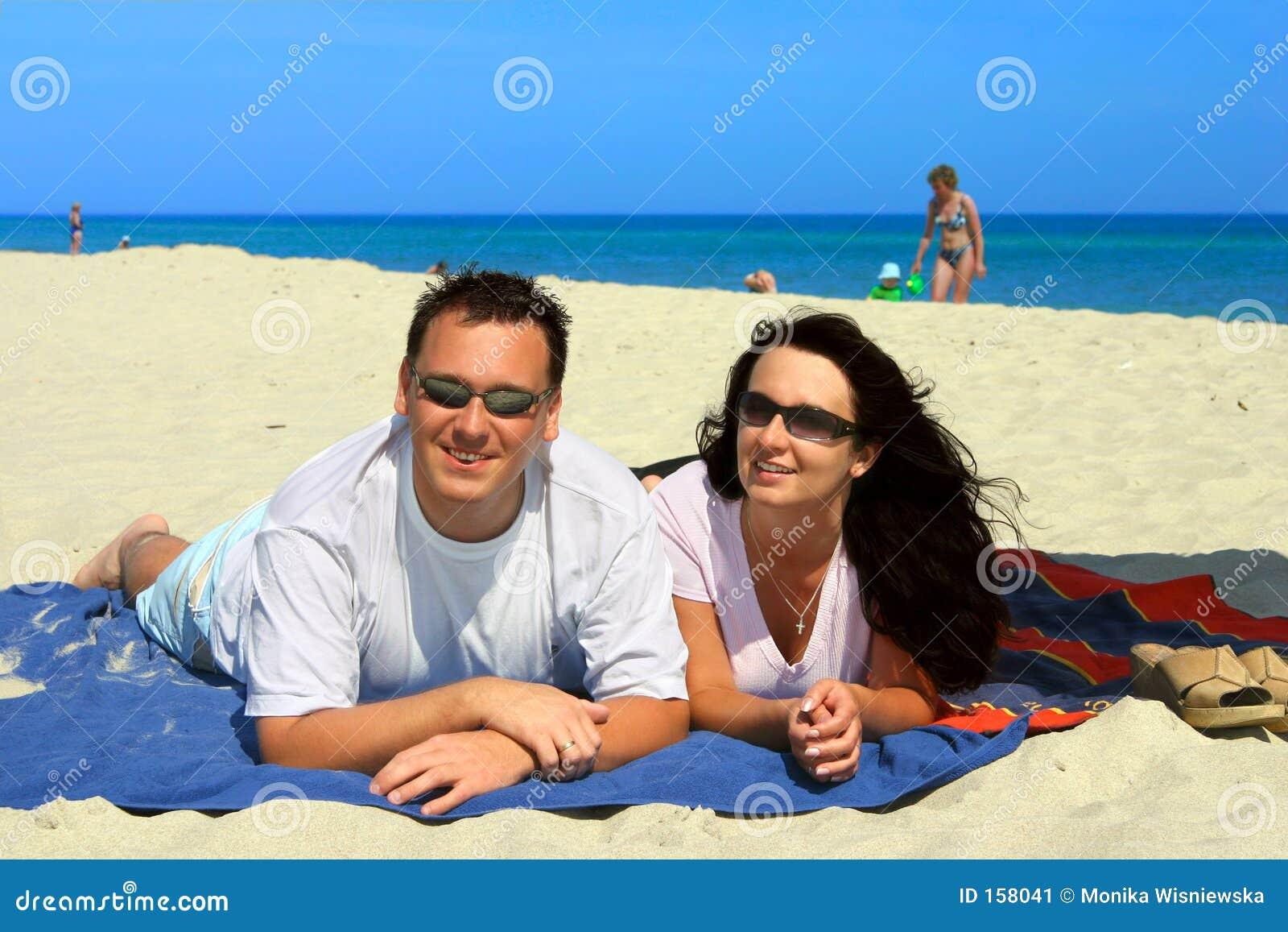 愉快海滩的夫妇