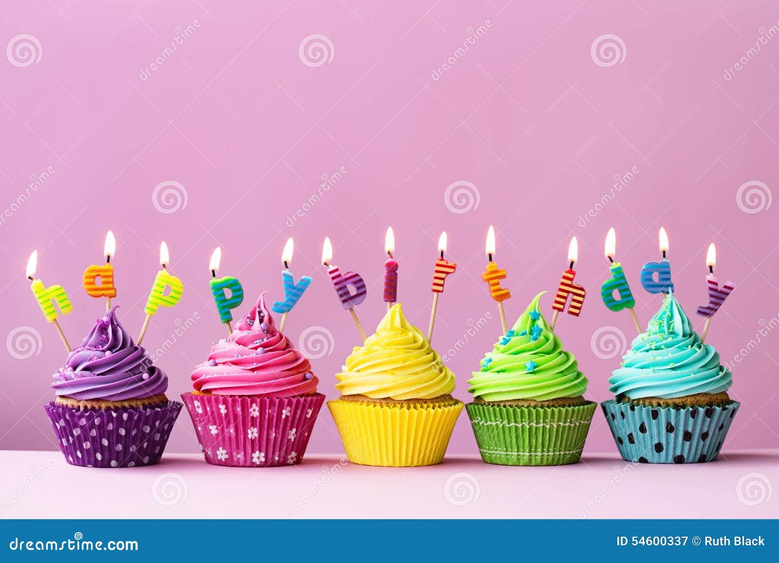 愉快生日的杯形蛋糕