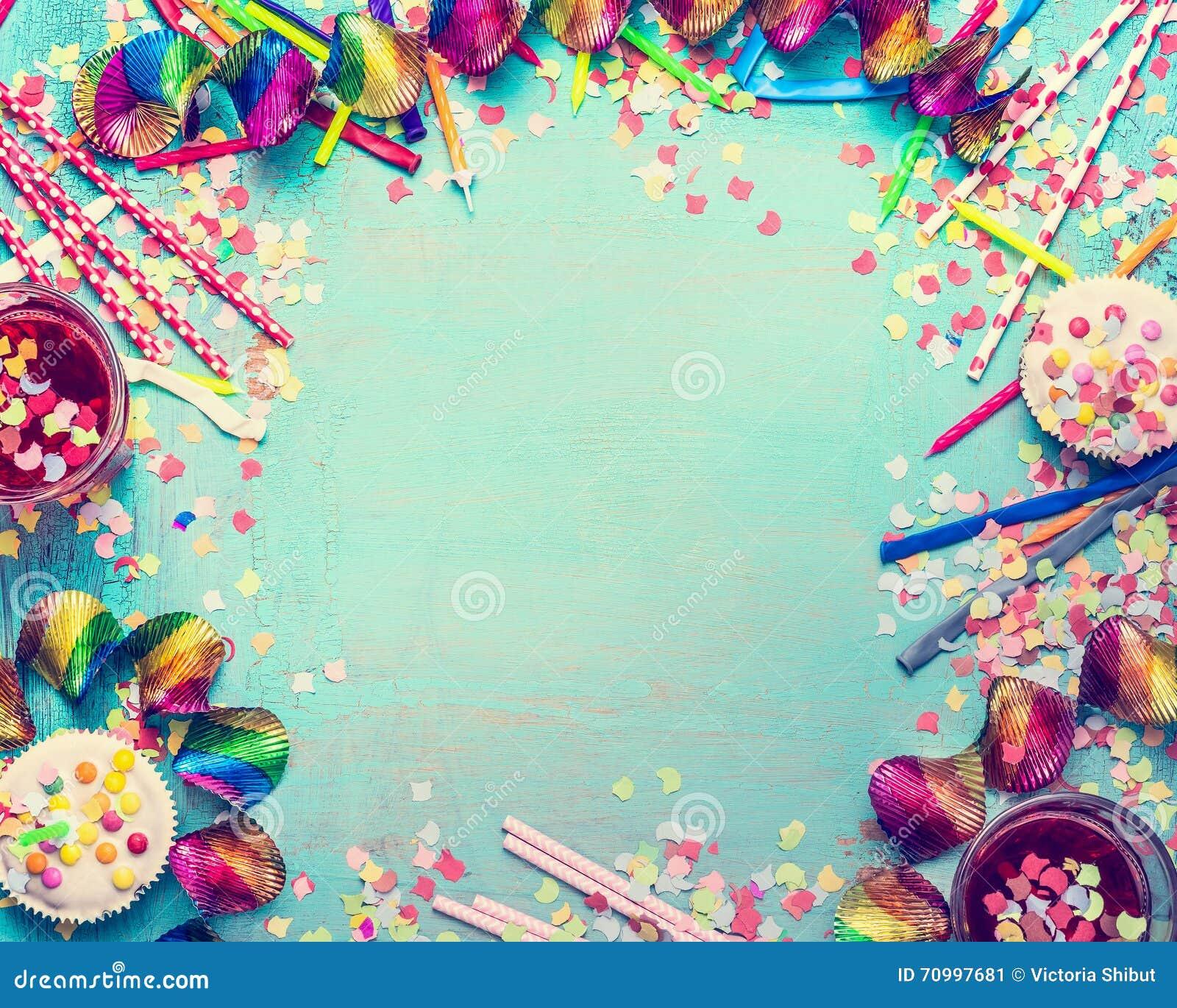 愉快生日的框架 集会有蛋糕、饮料和五彩纸屑的工具在绿松石破旧的别致的背景,顶视图,文本的地方
