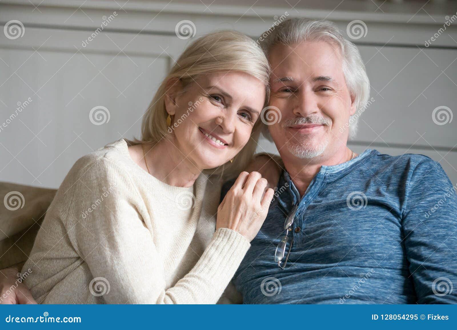 愉快的中部变老了在家拥抱浪漫的夫妇,特写po