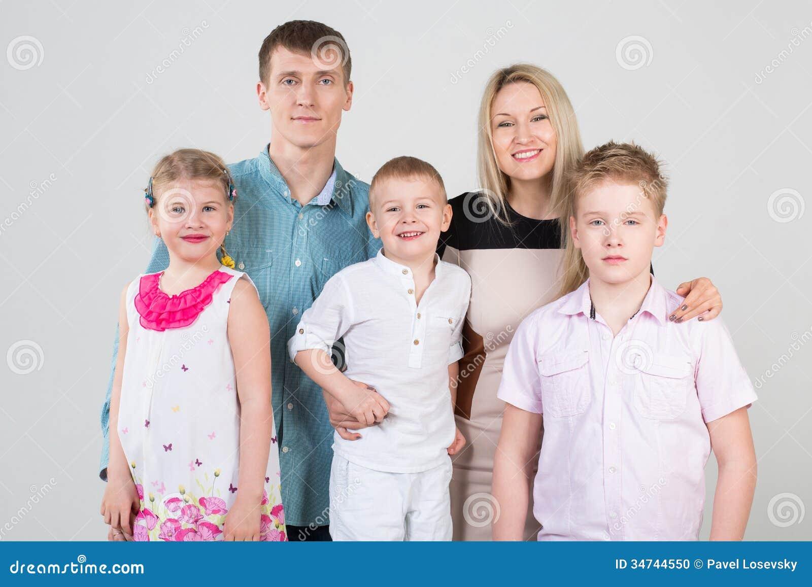 愉快的五口之家人,拥抱儿子的母亲