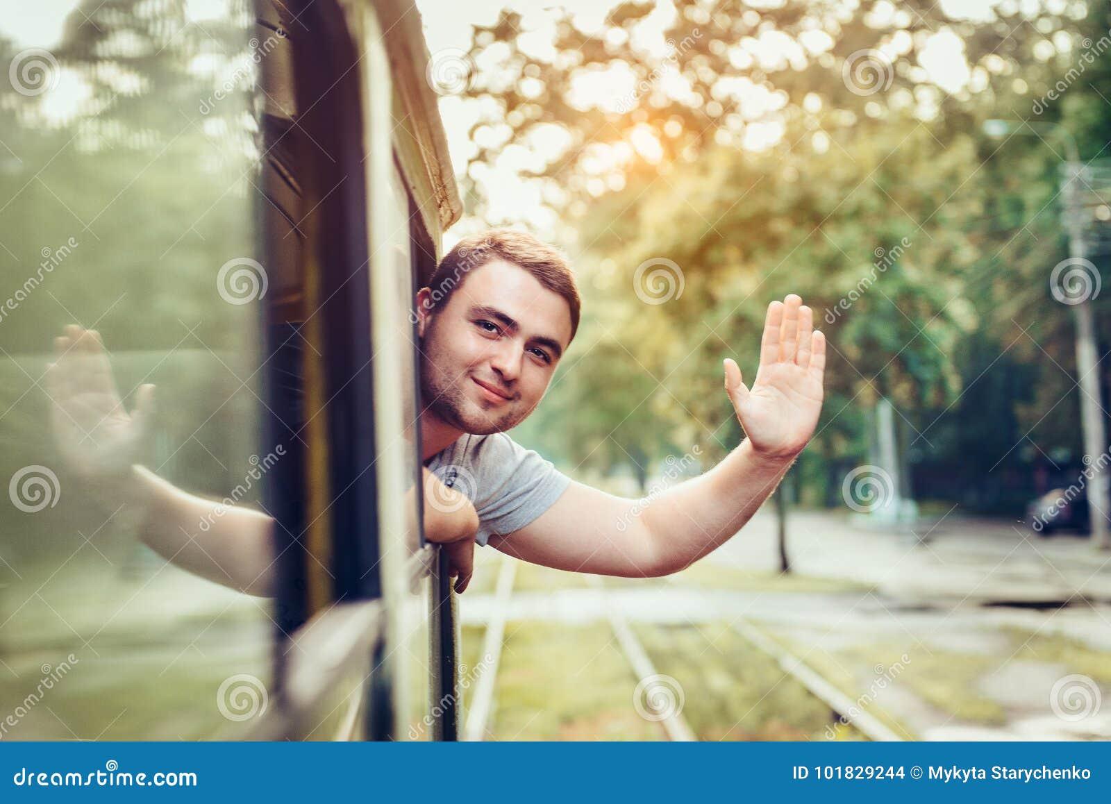 愉快的人享用在城市使用公共交通工具
