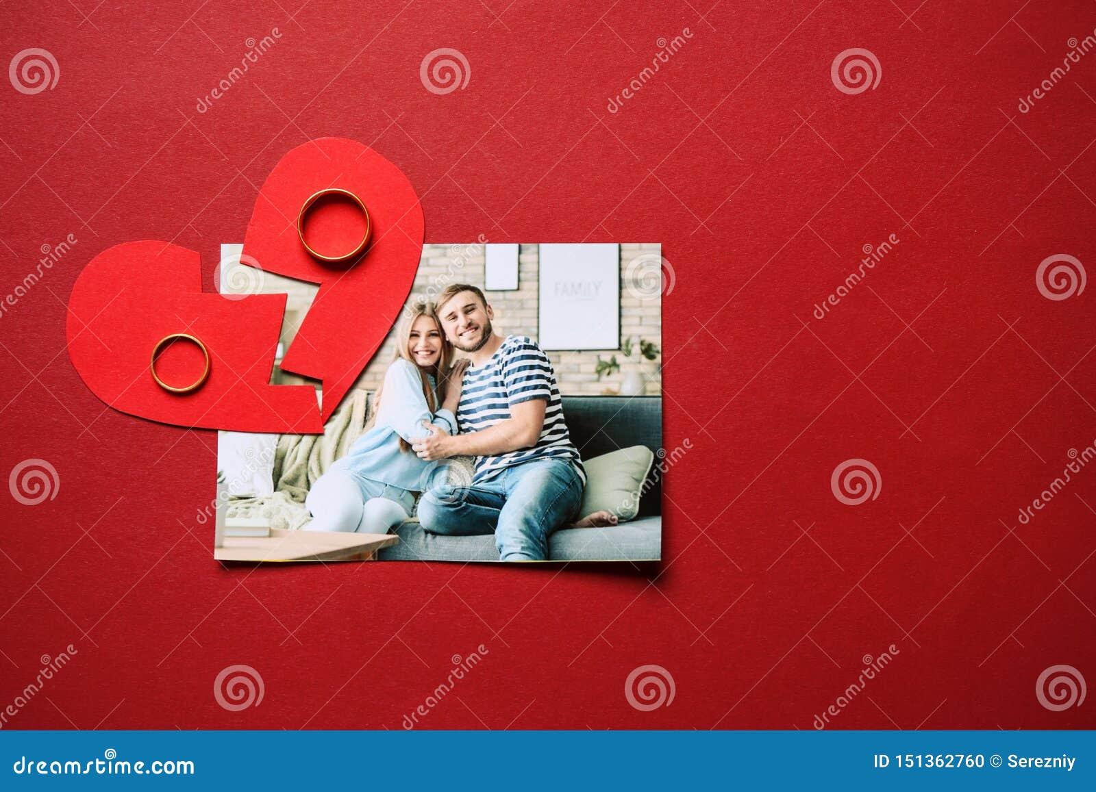 愉快的加上照片圆环和伤心在颜色背景 离婚的概念