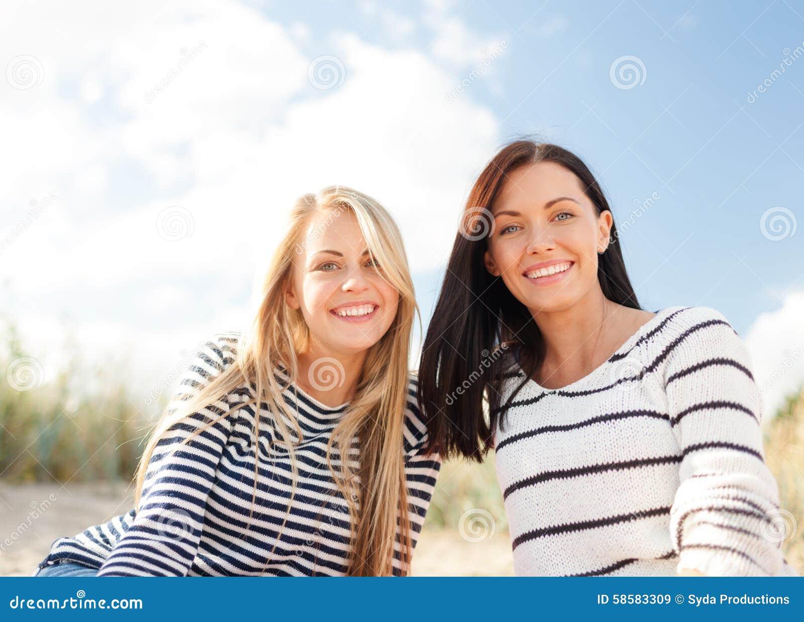 愉快的十几岁的女孩或少妇海滩的