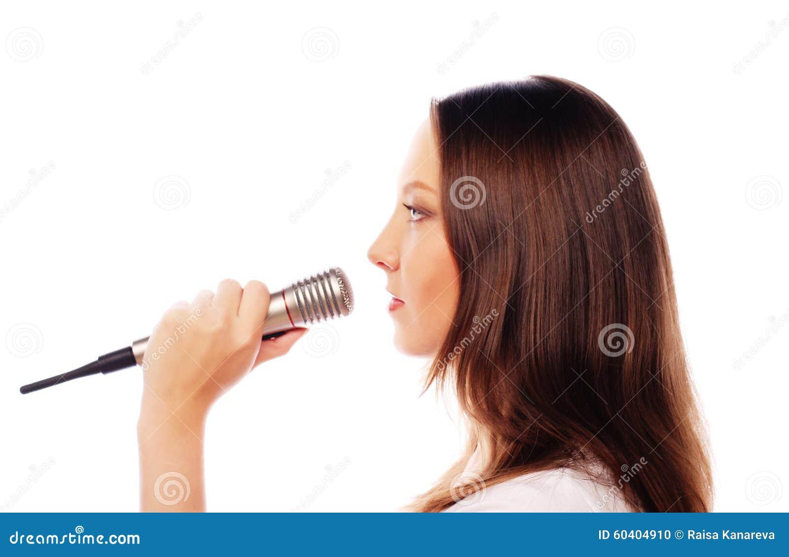 愉快的唱歌的女孩