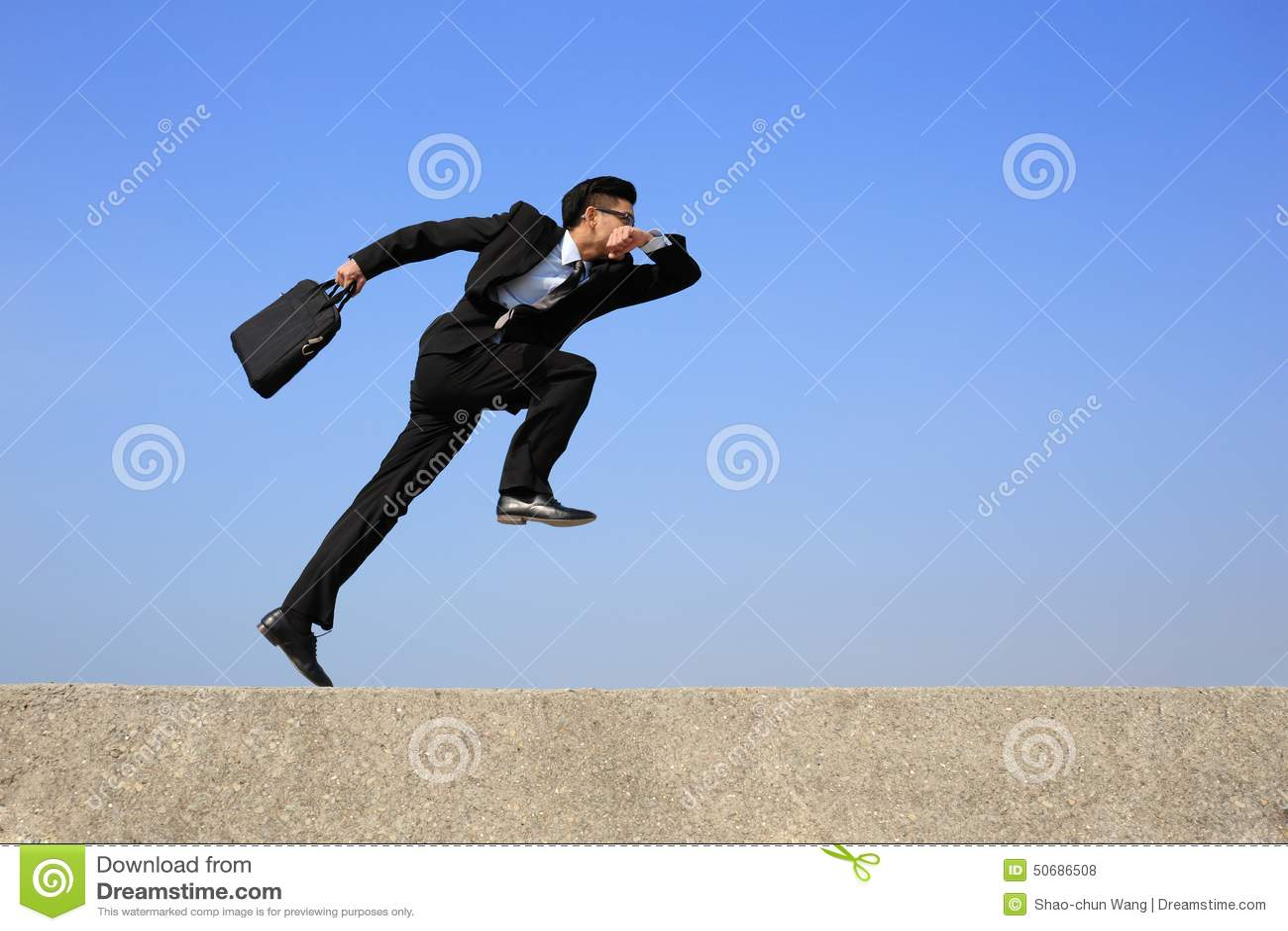 Download 愉快的商人奔跑 库存照片. 图片 包括有 事故, 喜悦, 繁忙, 无忧无虑, 愉快, 仓促, 快速, 上涨 - 50686508