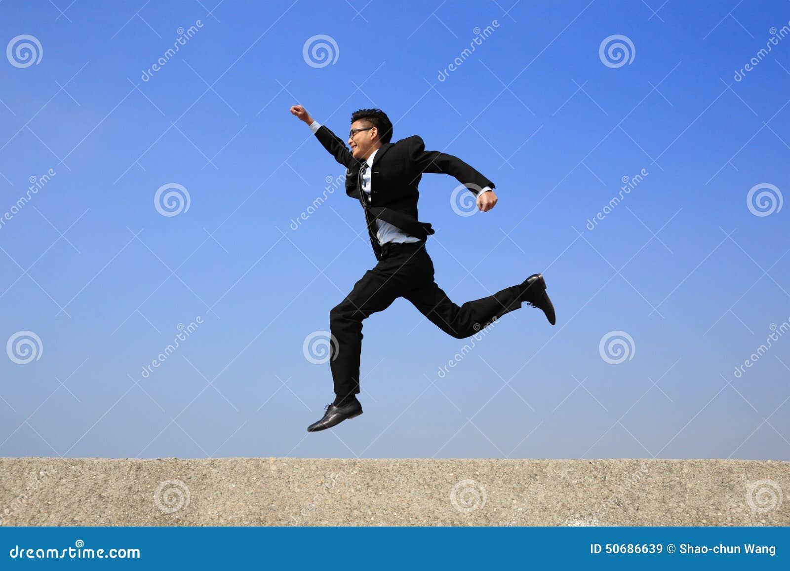 Download 愉快的商人奔跑 库存图片. 图片 包括有 人们, 仓促, 工作, 上涨, 生意人, 事故, 复制, 喜悦 - 50686639