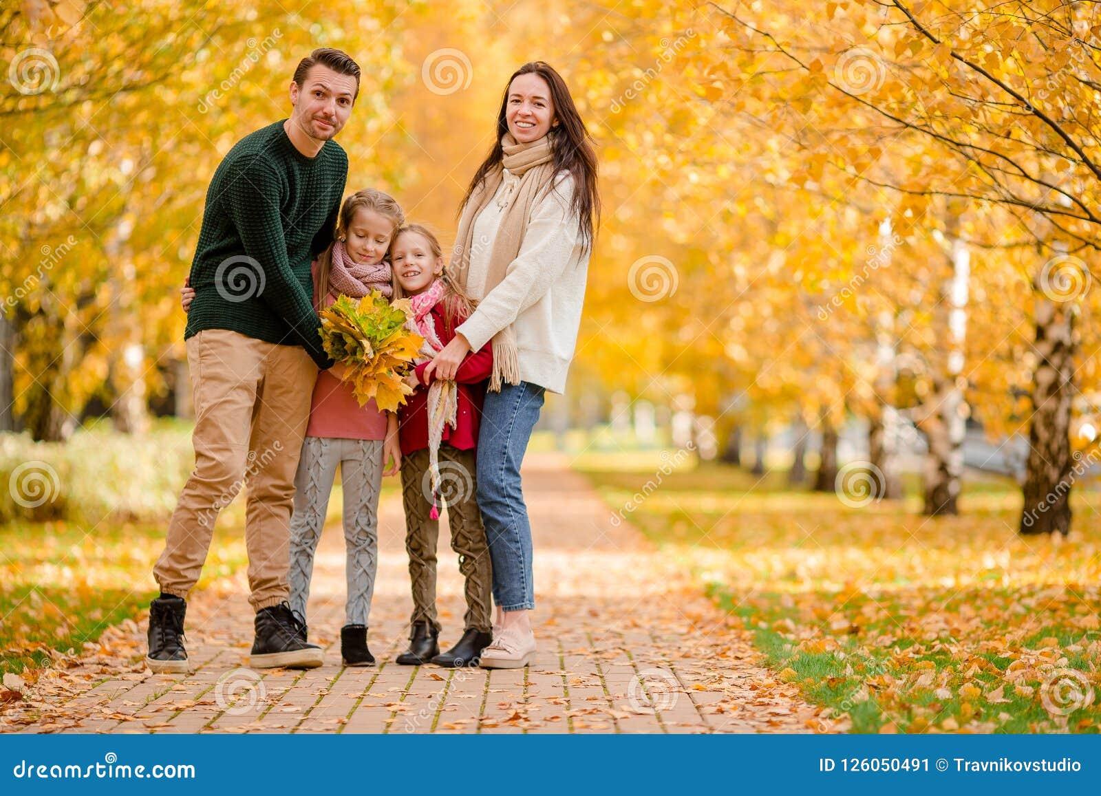 愉快的四口之家画象在秋天天