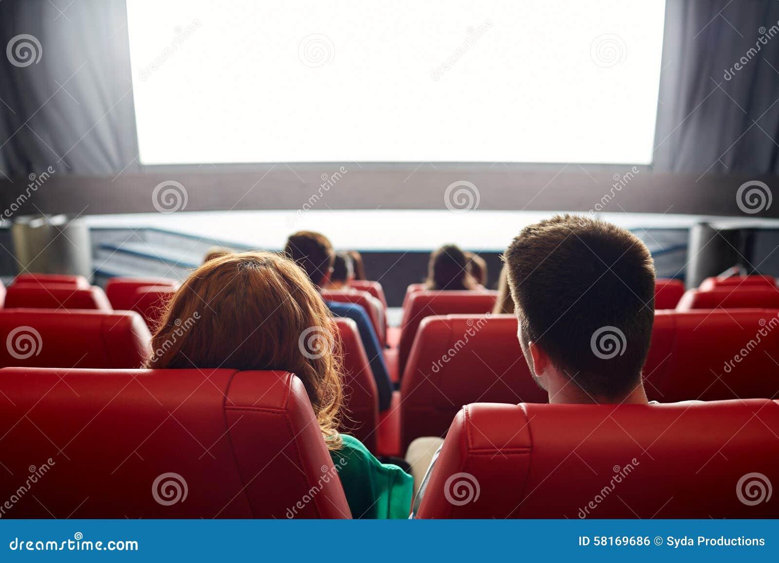 愉快的在剧院或戏院的夫妇观看的电影