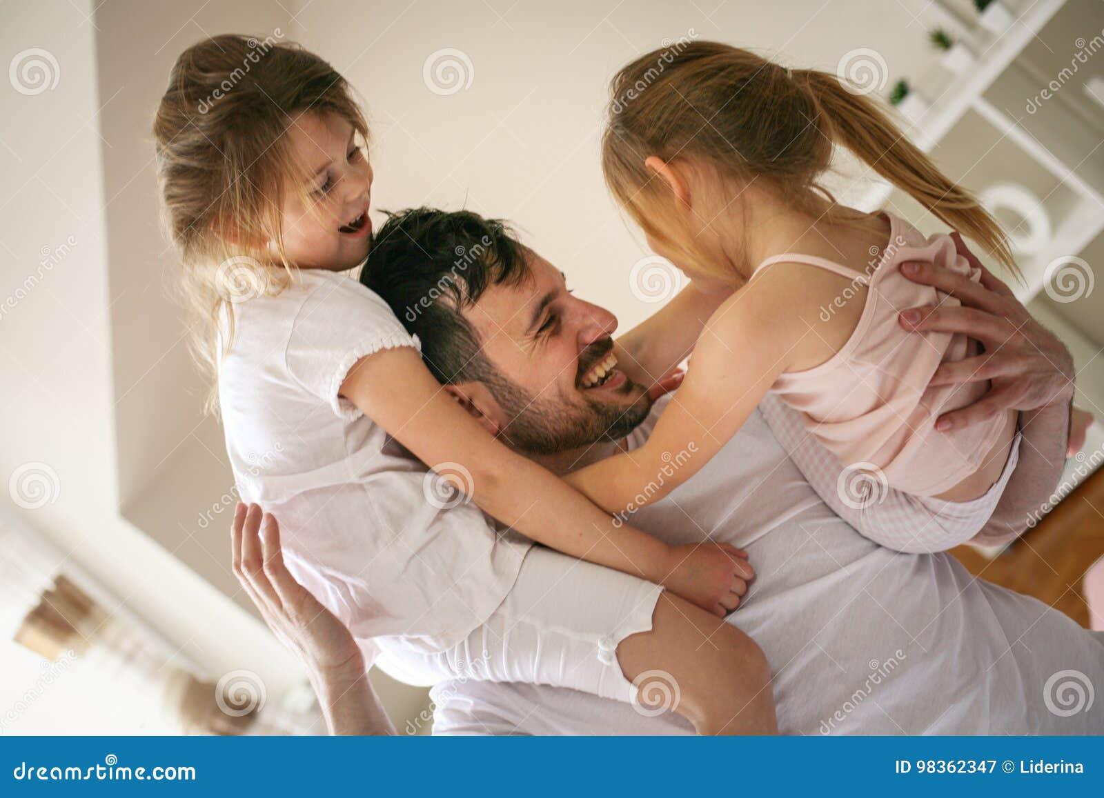 愉快的在家花费时间的父亲和小女儿